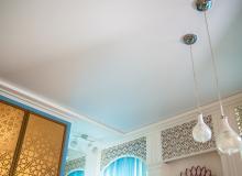 матовый натяжной потолок в восточном интерьере гостиной