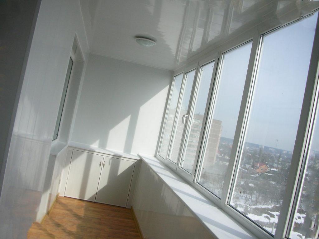 Преимущества натяжных потолков на лоджии и балконе