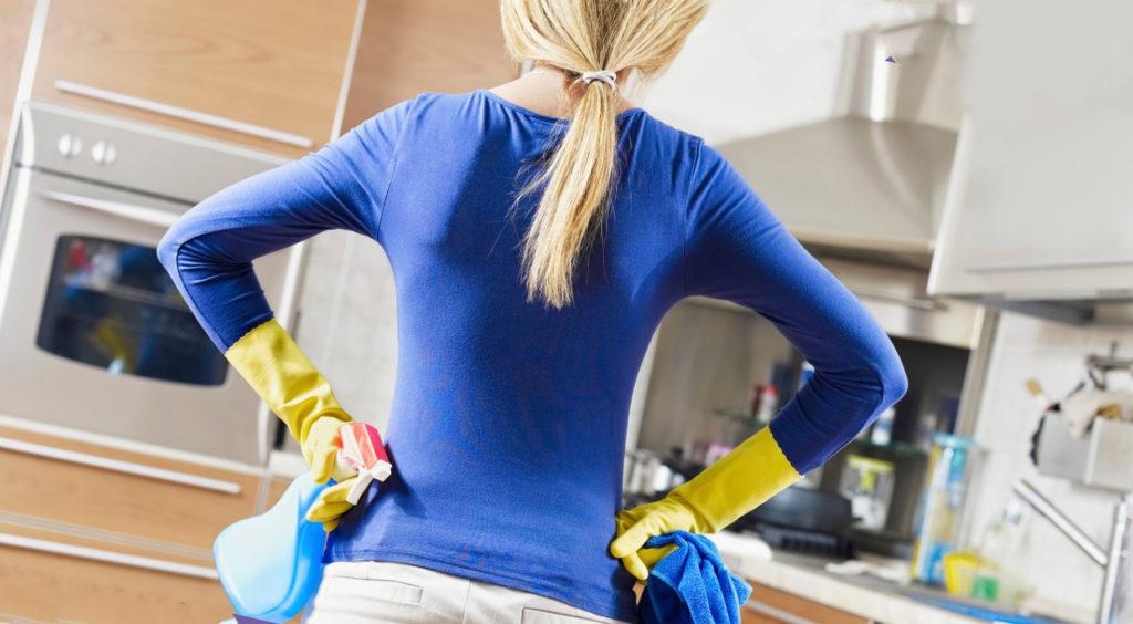 Мытье натяжного потолка глянцевого без разводов