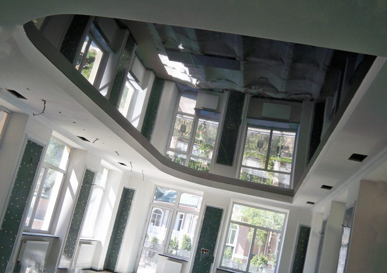 Зеркальные натяжные потолки и их разновидности