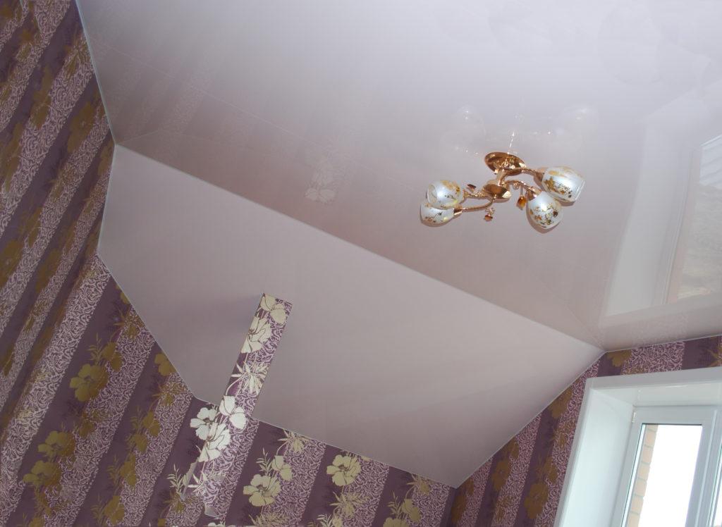 Особенности установки натяжного потолка на мансарде