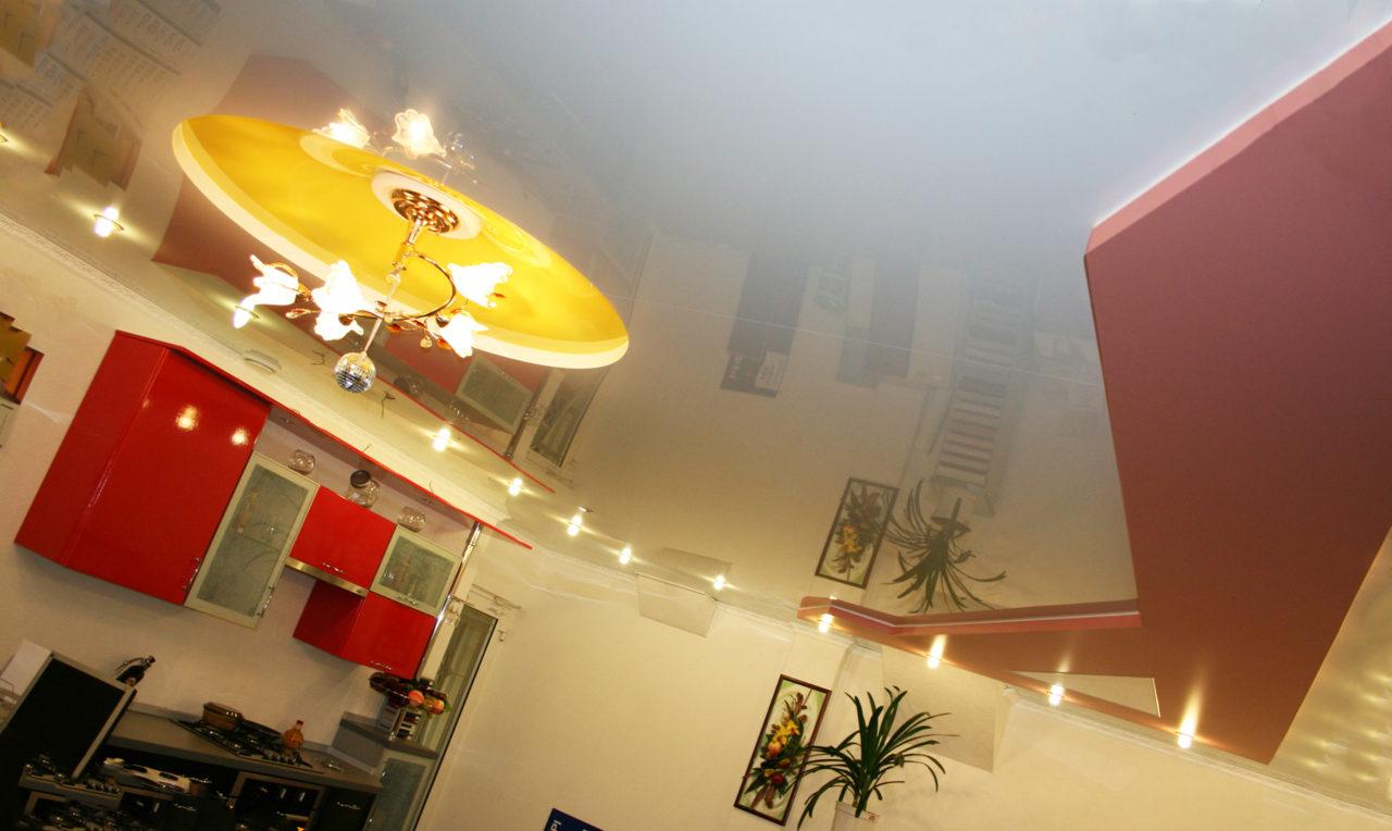 Комбинированные натяжные потолки на кухне