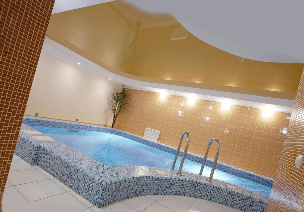 натяжной потолок, повторяющий форму бассейна