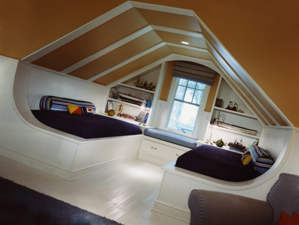 дизайн скошенного потолка мансарды