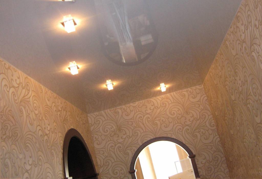 светлый глянцевый натяжной потолок