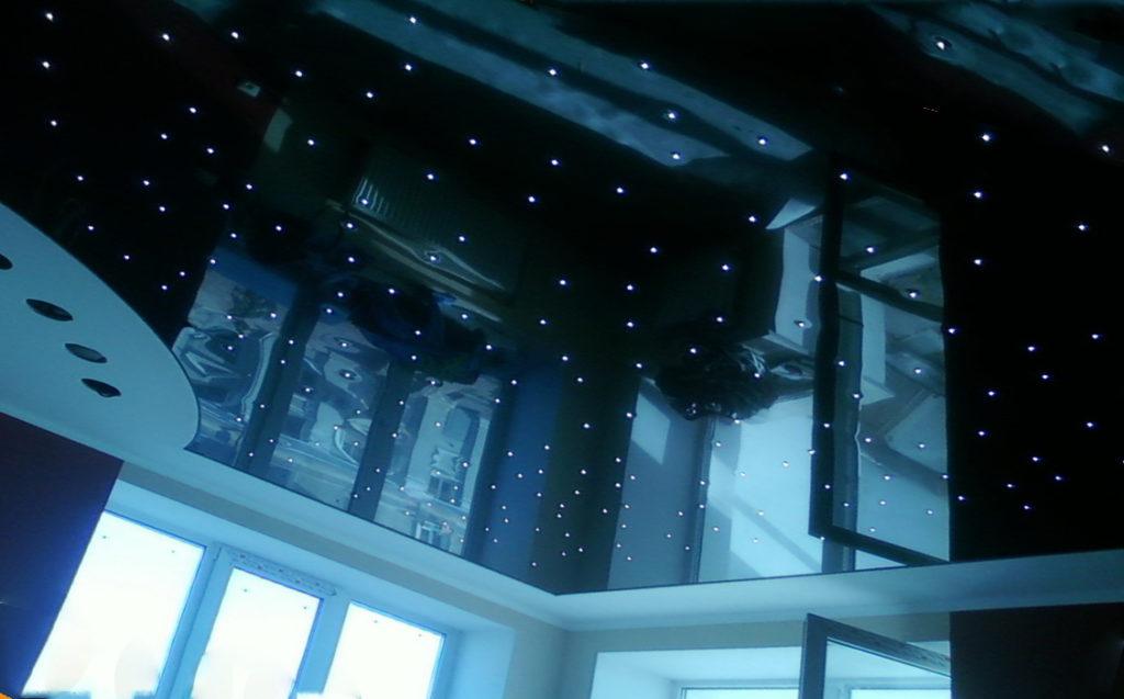 Натяжной потолок темного цвета