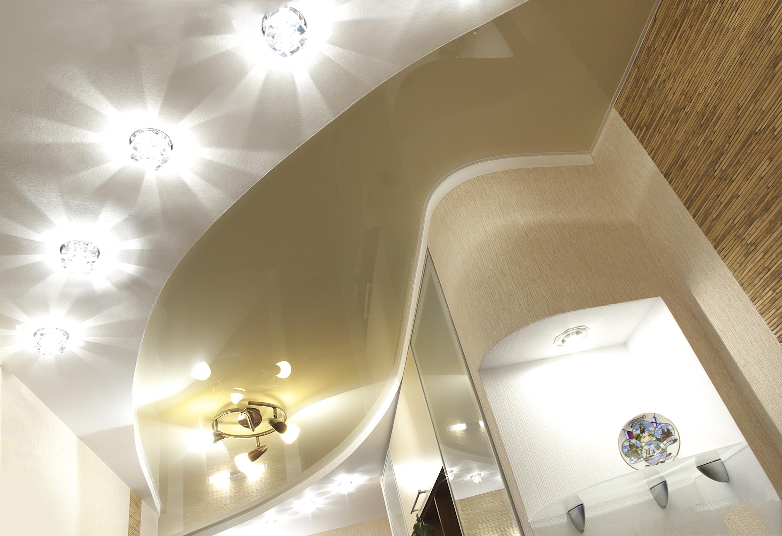 Дизайн натяжных потолков с люстрами
