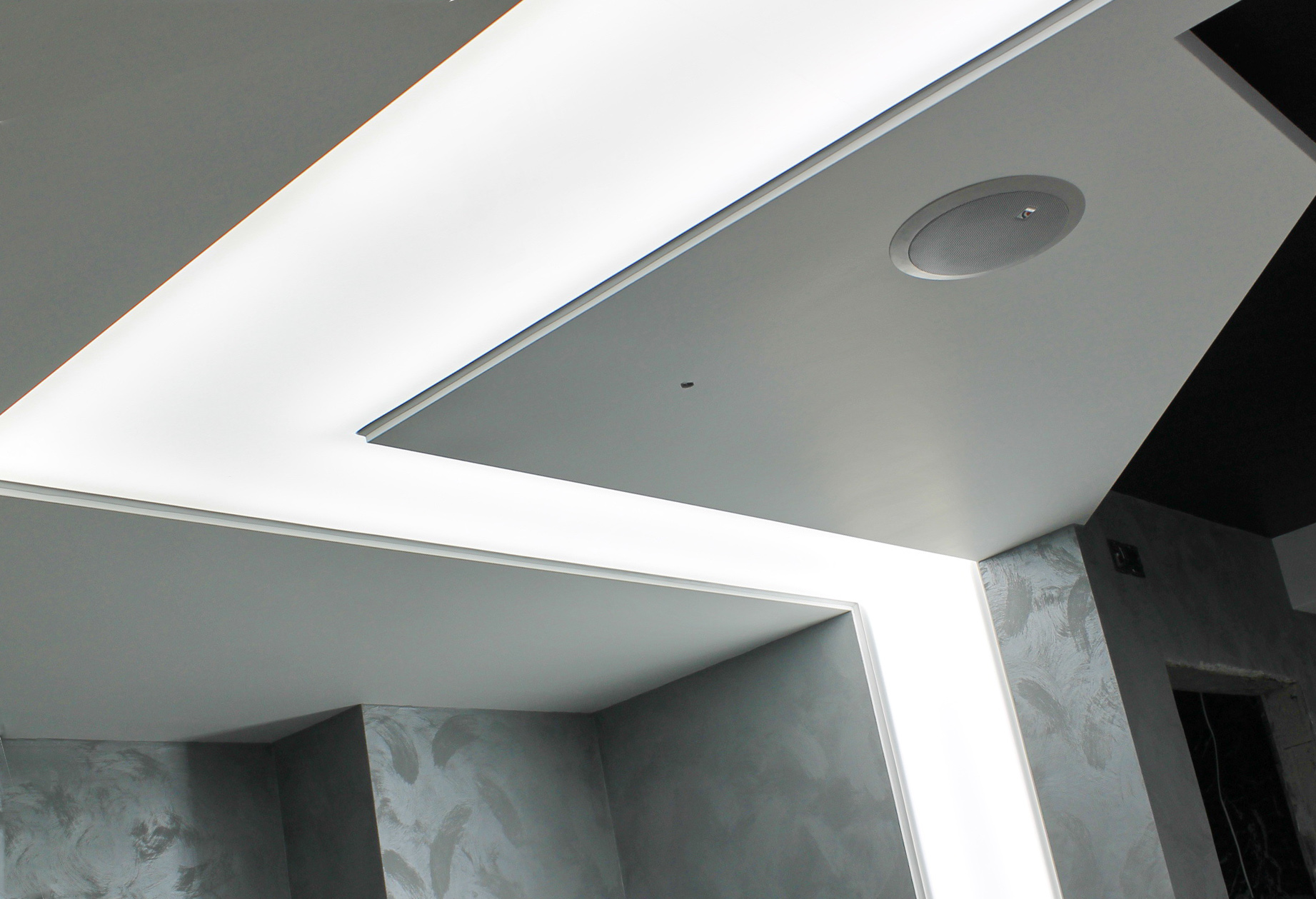 создать светящиеся линии на потолке