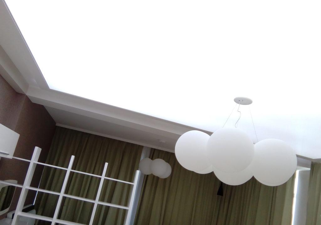 потолок со светящимися элементами