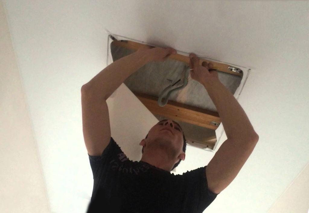Действия при нарушении целостности натяжного потолка