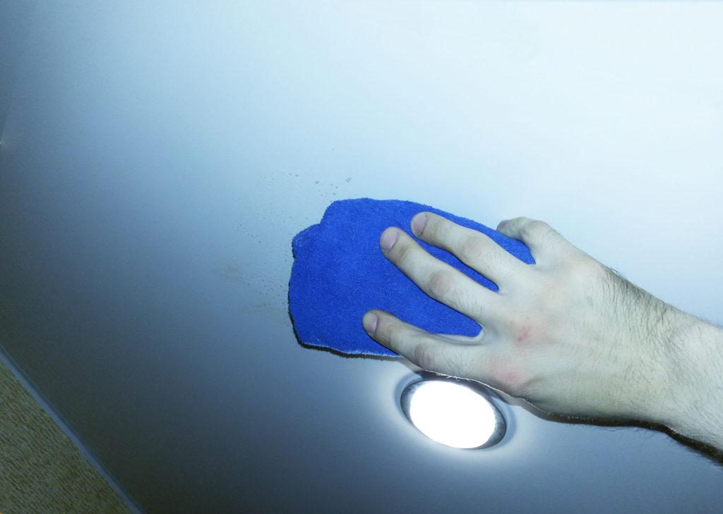 эффективно убрать пятна на натяжном потолке