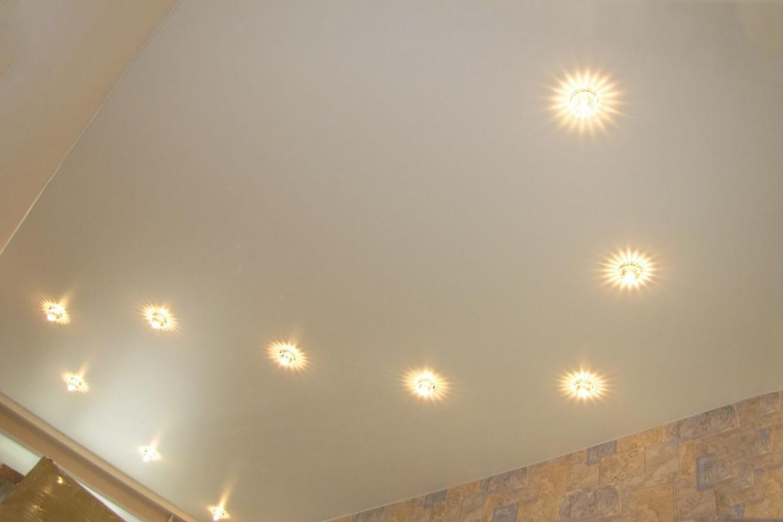 расположить точечные светильники на натяжном потолке