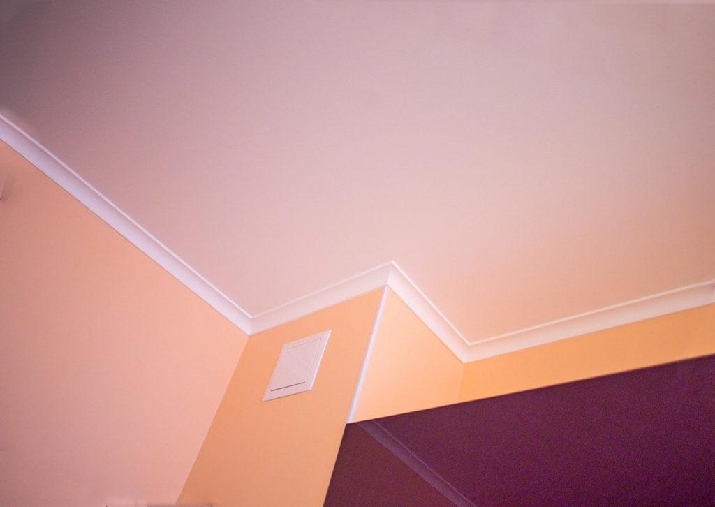 выполняется покраска натяжного потолка