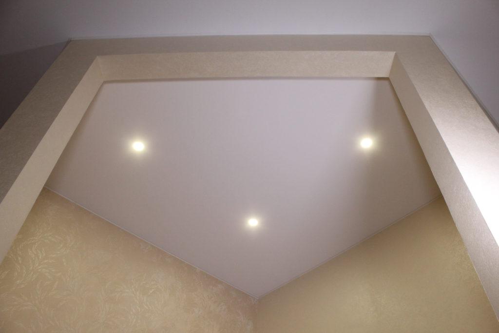 Отделка потолочной поверхности натяжными полотнами