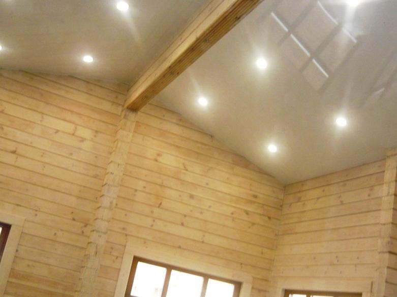 белый натяжной потолок в деревянном доме