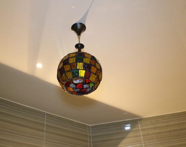 Как сделать освещение на натяжном потолке