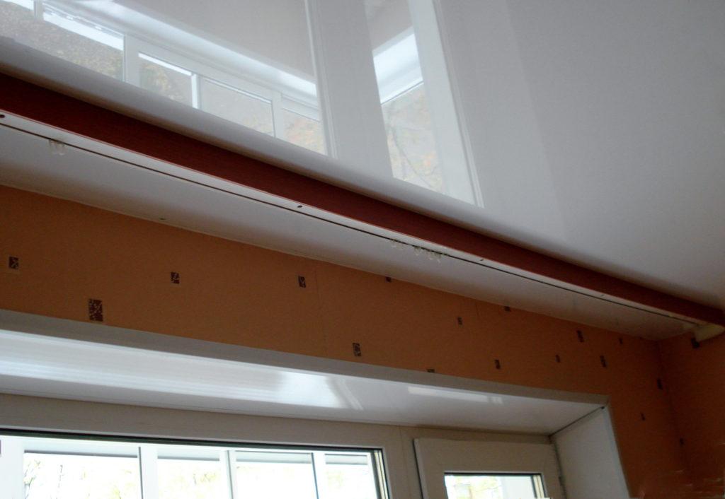 Способы крепления карниза на натяжном потолке
