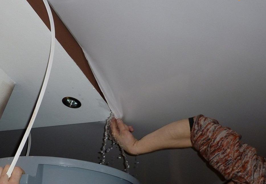 восстановить потолок после затопления