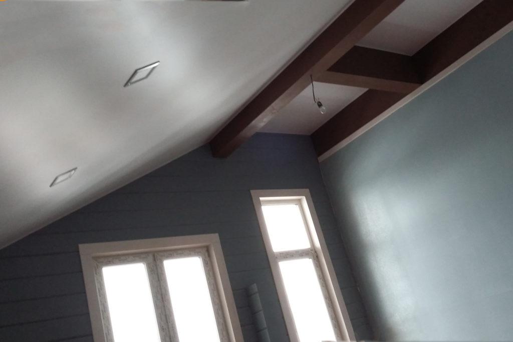 установке натяжных потолков в деревянном доме