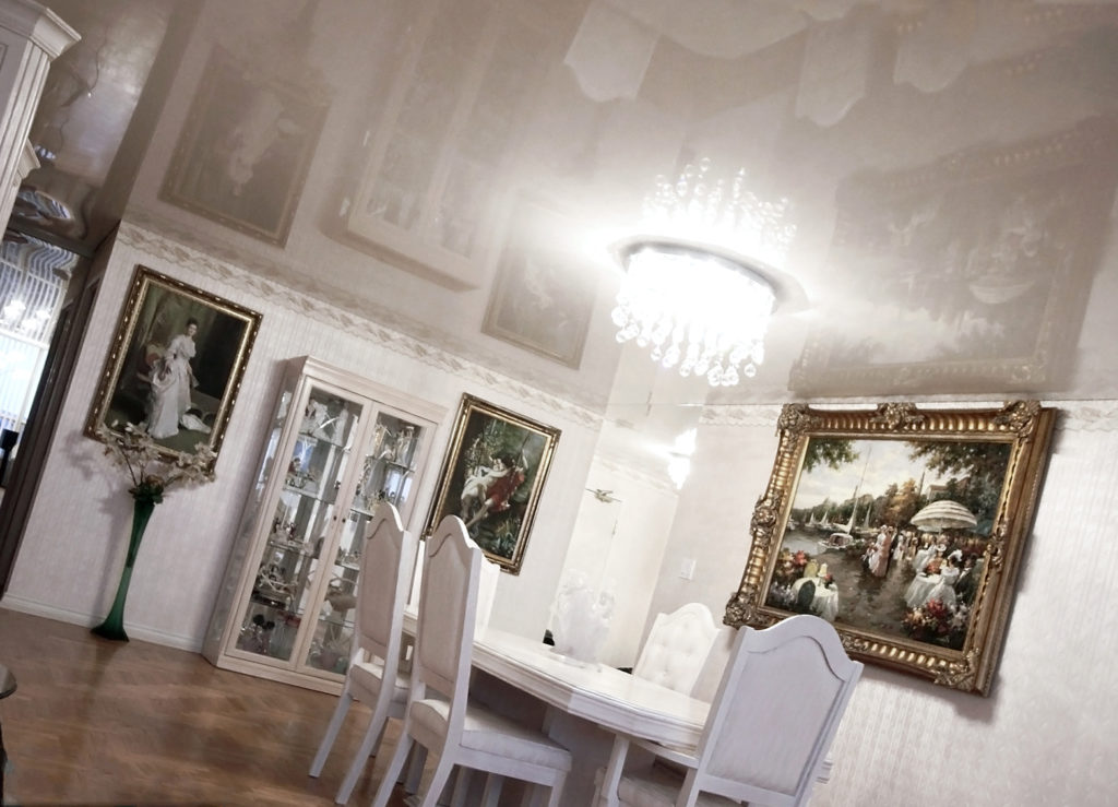 белый потолок в столовой