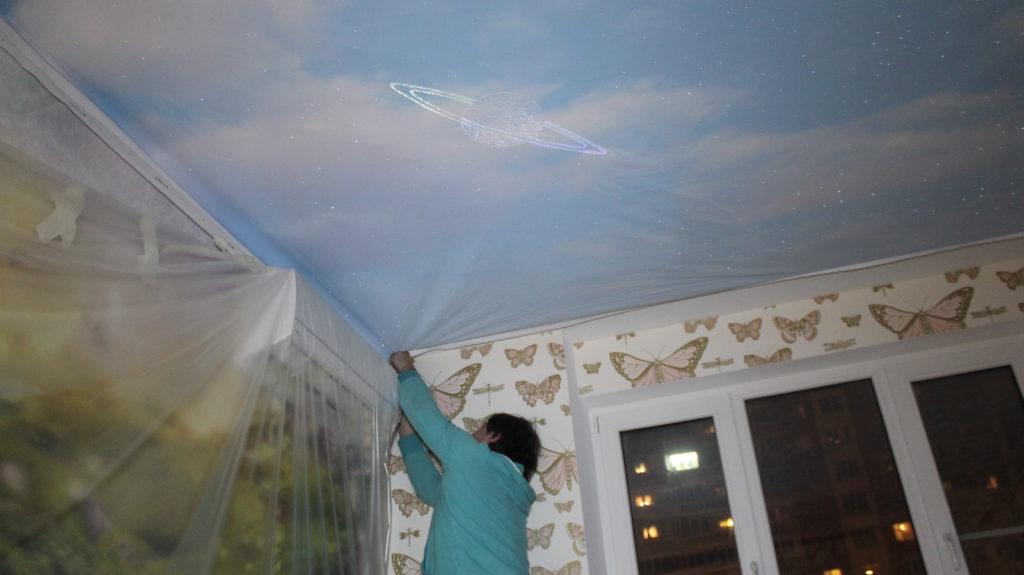 Натяжной потолок или обои — с чего начать ремонт?