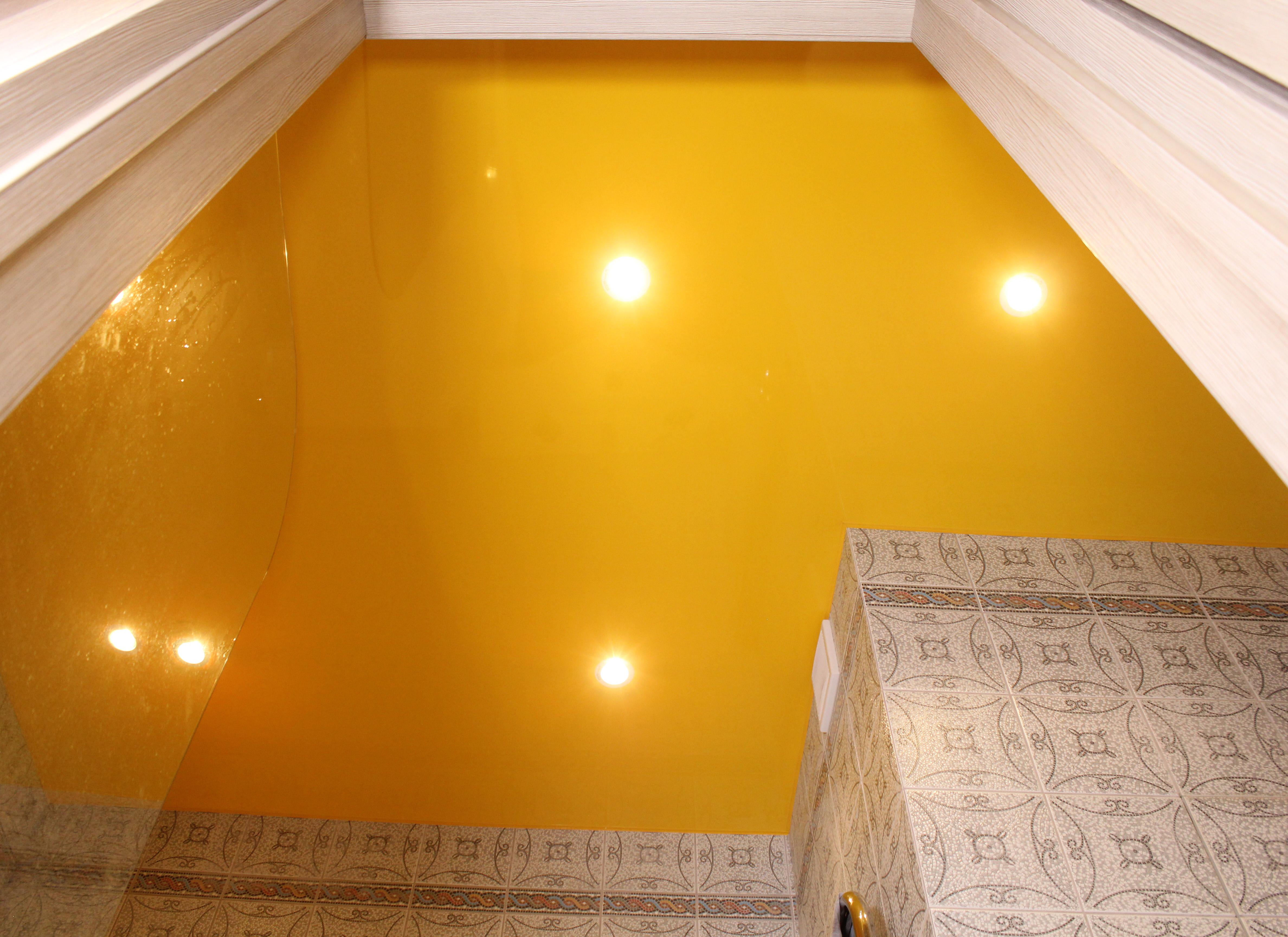 Можно ли делать натяжной потолок в ванной?