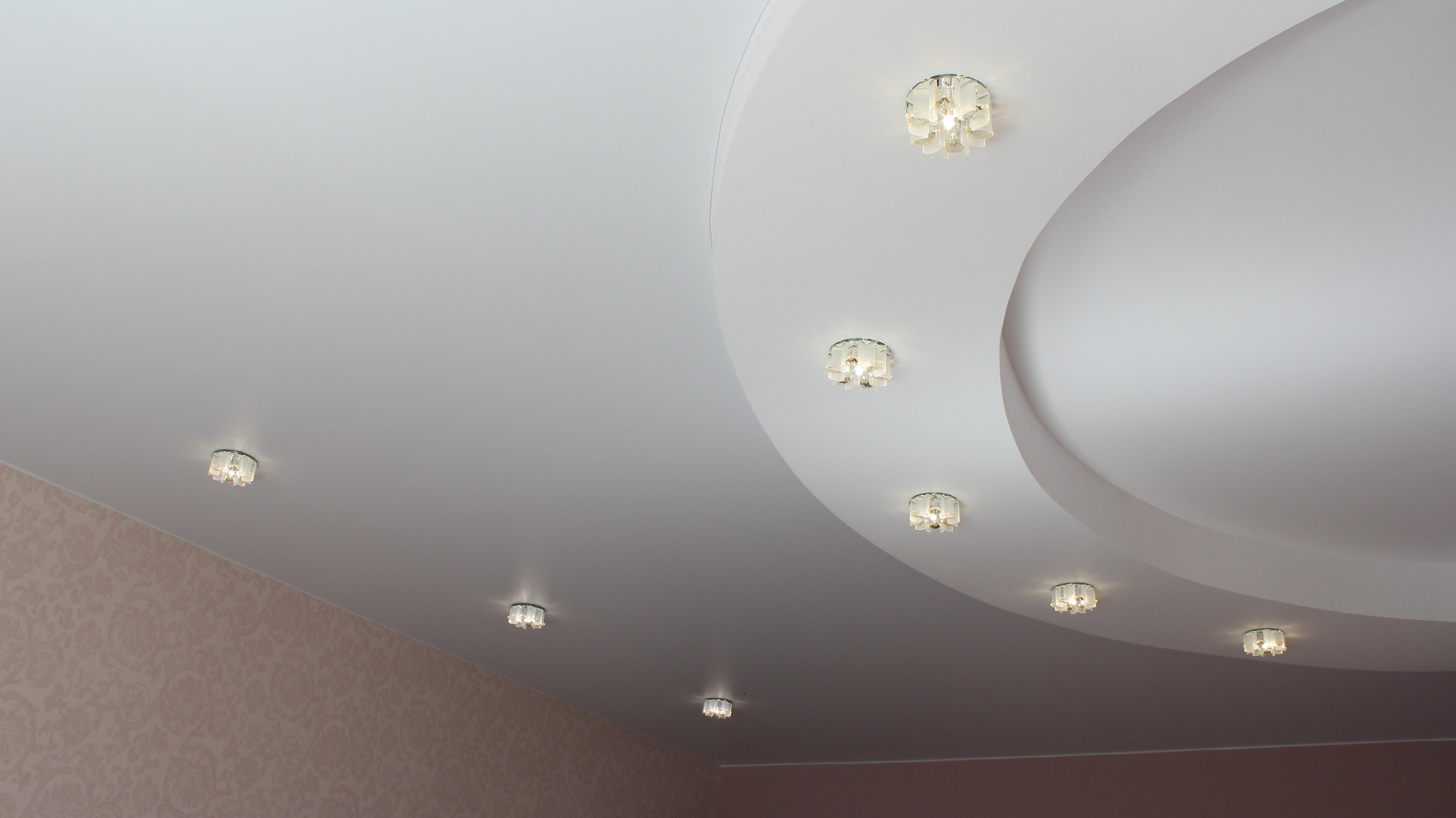 Интересный дизайн двухуровневых натяжных потолков