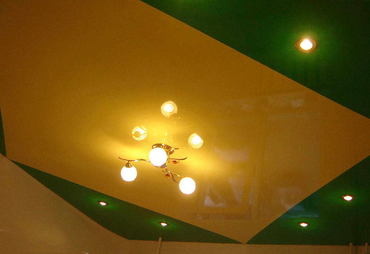 жёлто-зелёный потолок