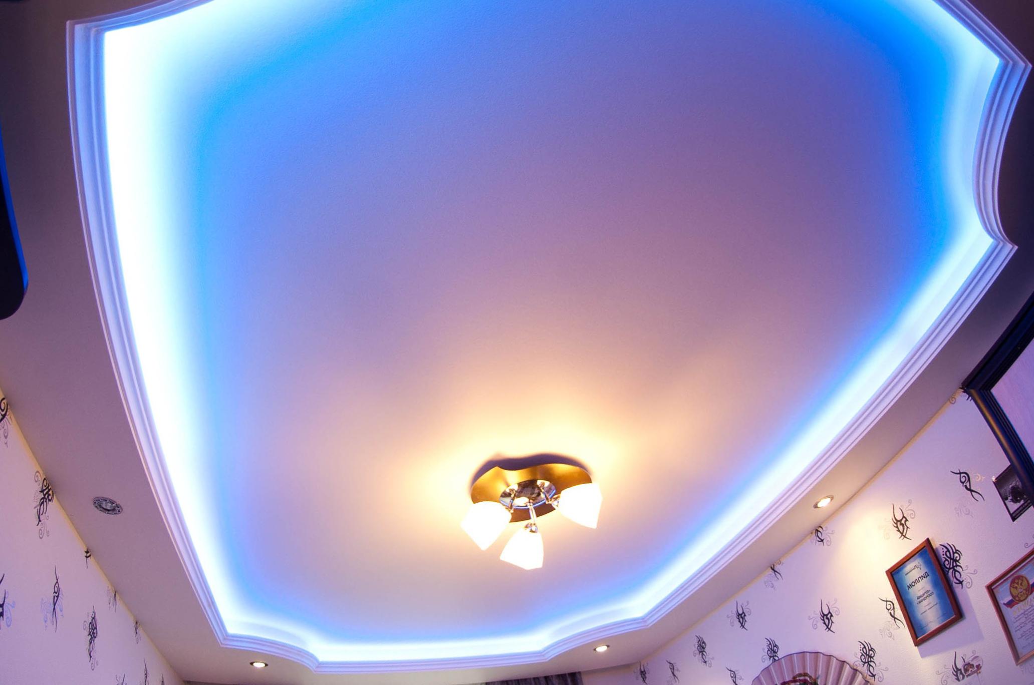 парящий потолок голубой