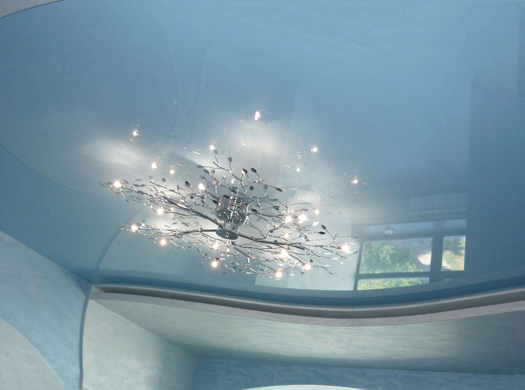 светло-голубой потолок
