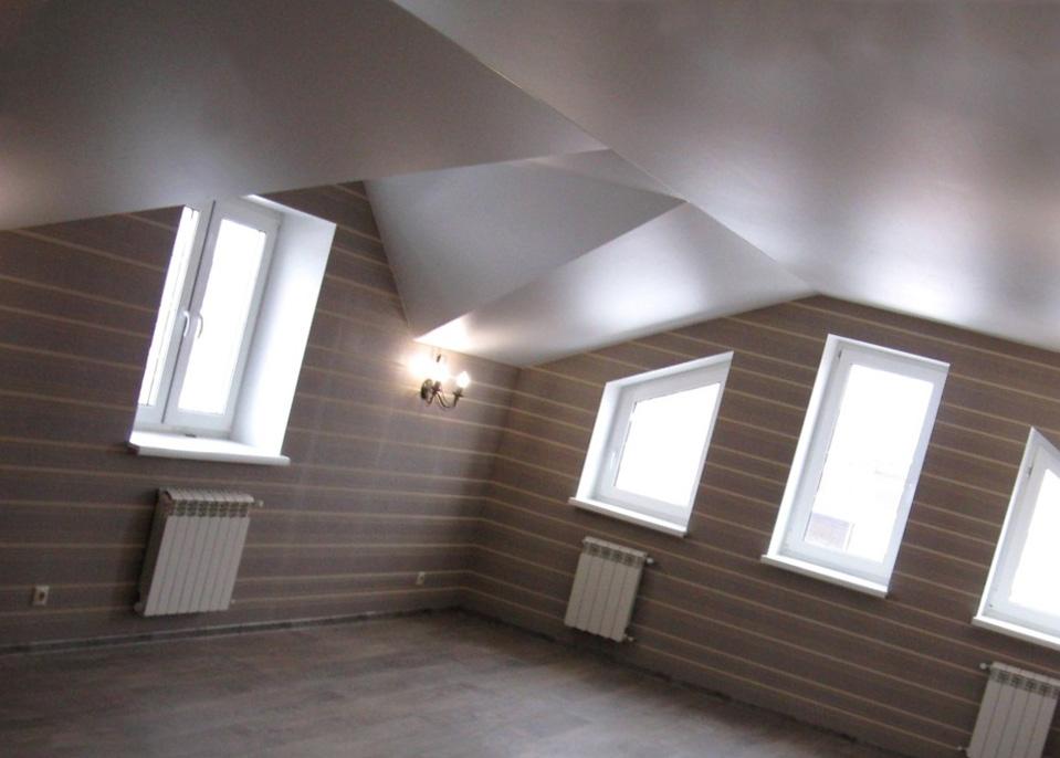 Белый натяжной потолок на мансарде