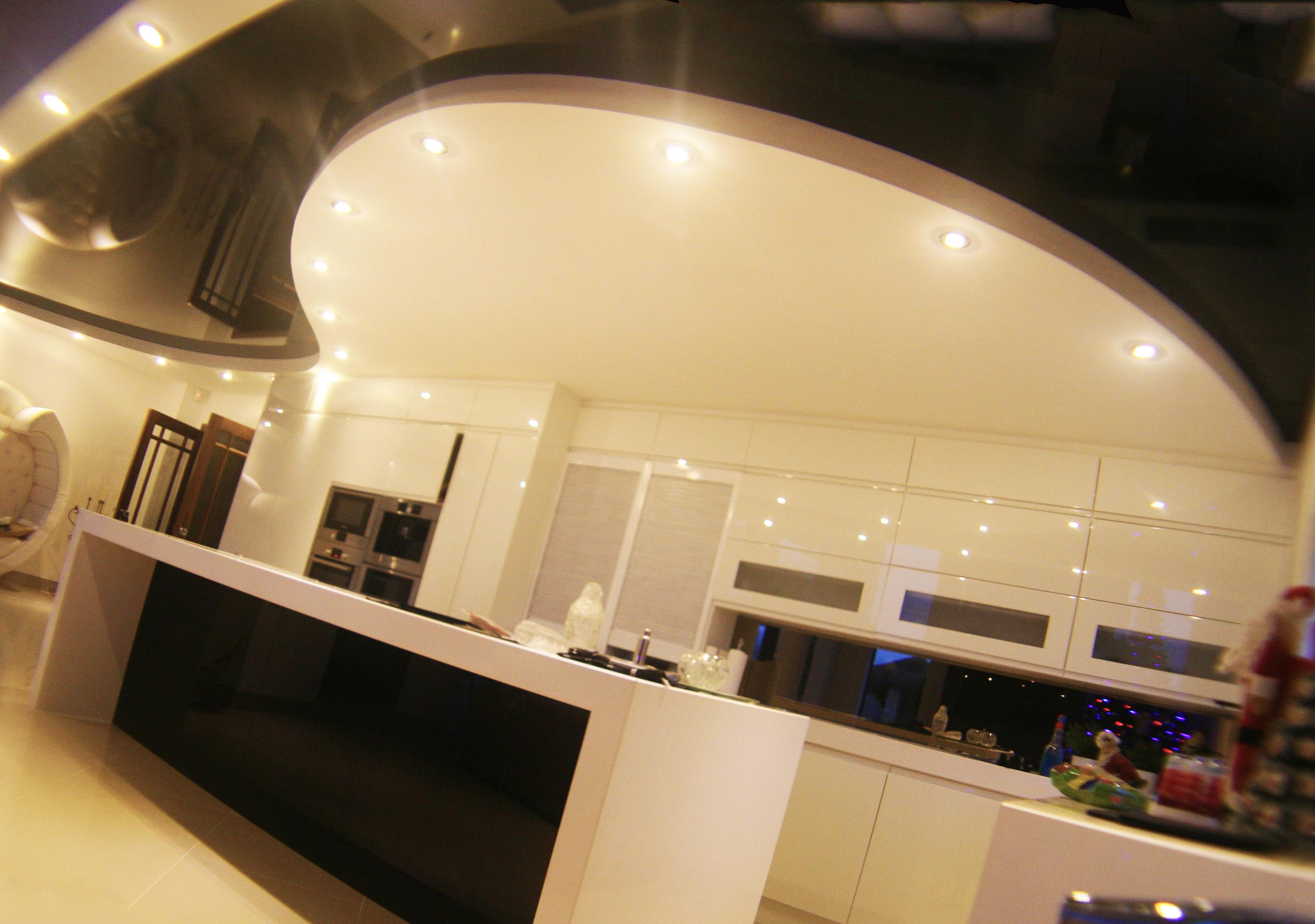 Можно ли натяжной потолок устанавливать на кухне?