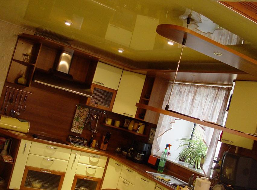 """натяжной потолок на """"деревянной"""" кухне"""