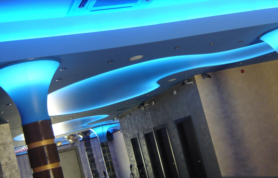 Натяжные потолки в современном стиле