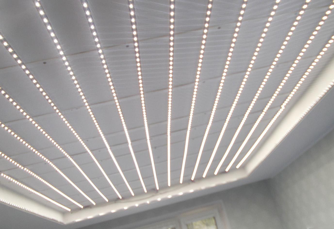 светодиодная подсветка натяжного потолка в гостиной