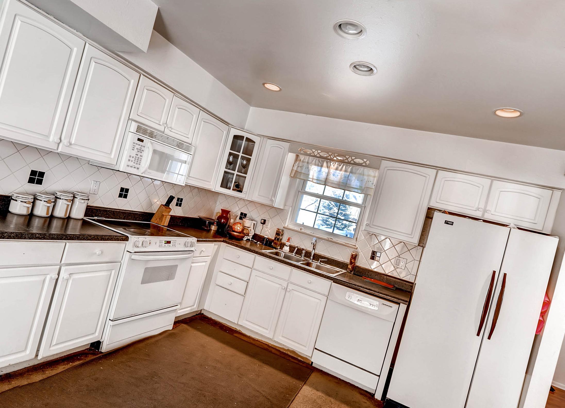 серый потолок на кухне
