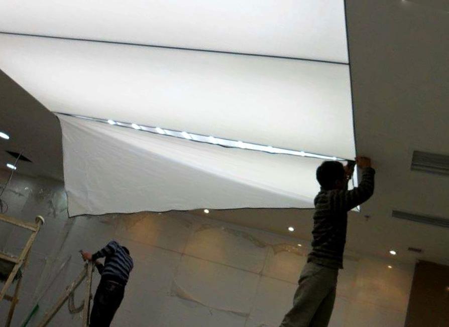 устанавливают световые потолки