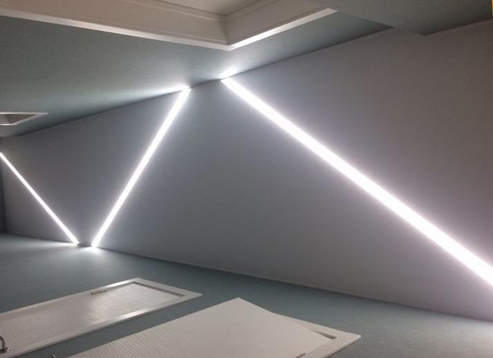 световые линии на натяжном потолке