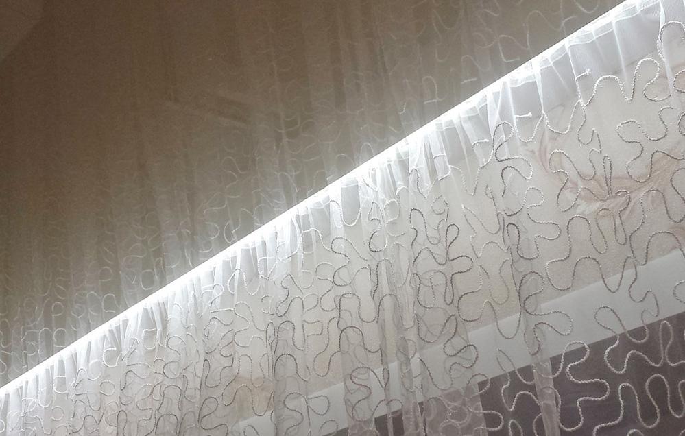 сочетать гардины и натяжной потолок