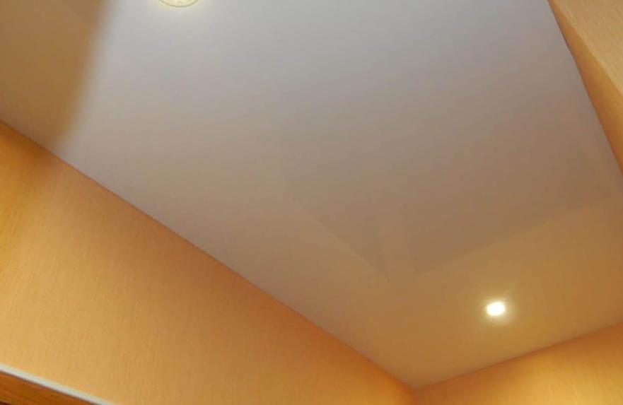 Декоративные возможности натяжных потолков