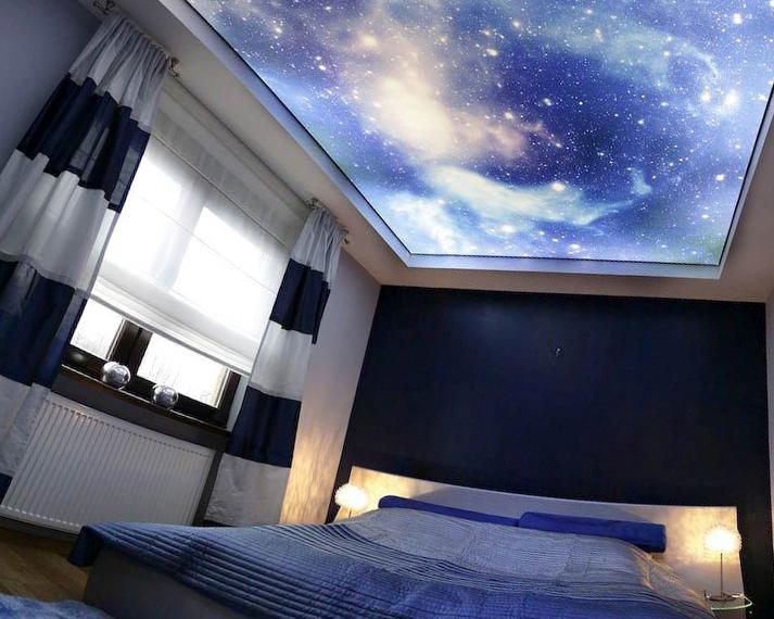 Натяжной потолок в спальне – стильный дизайн от компании «АстамГрупп»